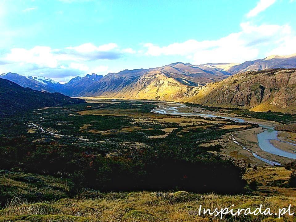 Roztokowa rzeka w południowej Patagonii. Widok z drogi w kiedunku Fitz Roya.