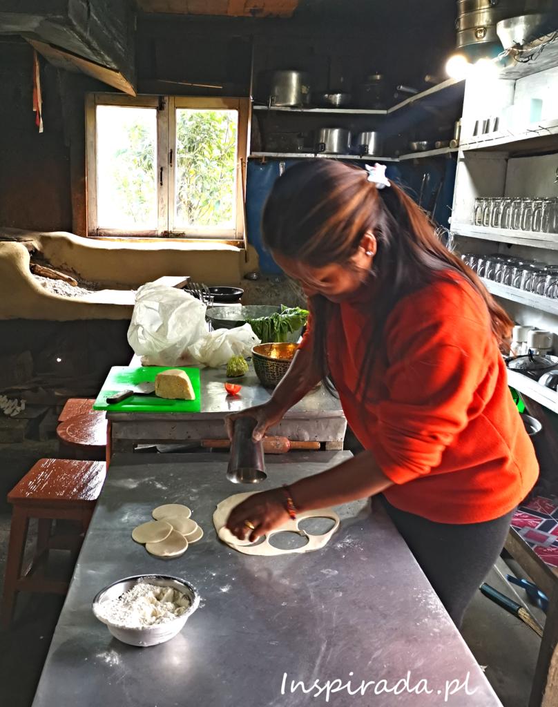 Właścicielka pensjonatu w Himalajach przygotowuje dla nas tradycyjne pierożki momo.